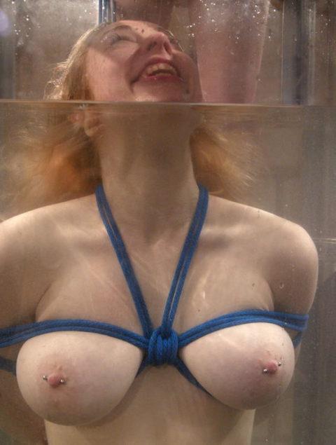 【拘束】女を縛って水中に沈めるっていう意味わからんプレイ・・・(画像あり)・3枚目