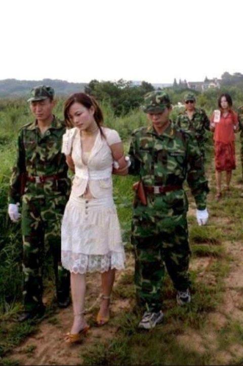 【閲覧注意】中国の女性死刑囚、エロいのにブッ殺される・・・(画像あり)・29枚目