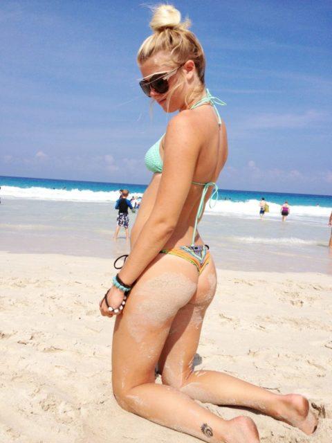【有能】彼女とビーチに行った男が撮るTバックのケツが勃起不可避。(40枚)・37枚目