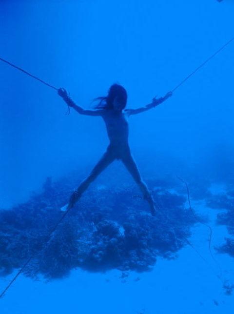 【拘束】女を縛って水中に沈めるっていう意味わからんプレイ・・・(画像あり)・5枚目