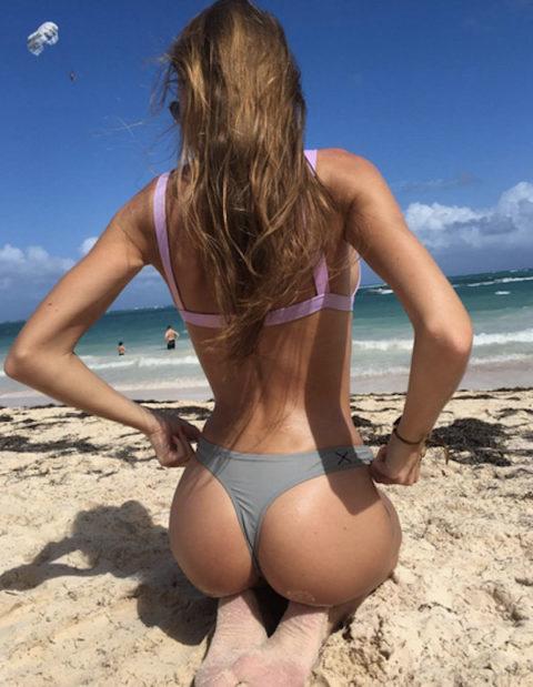 【有能】彼女とビーチに行った男が撮るTバックのケツが勃起不可避。(40枚)・7枚目