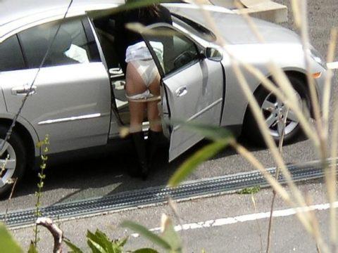 【盗撮】「誰もいないよね?」外で生着替えした女さんガッツリ撮られるwwwwww(GIFあり)・6枚目