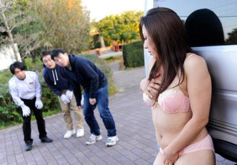【露出狂】無関係の人に見せつける派のド変態女さんが撮影される。。(画像あり)・10枚目