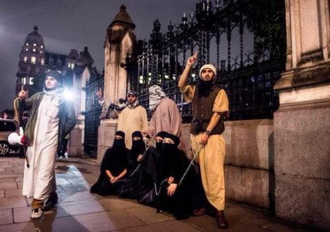 【画像】性奴隷にされてしまった海外の女性たちを撮影した画像集。・12枚目