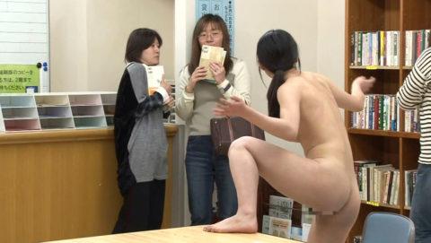 【露出狂】無関係の人に見せつける派のド変態女さんが撮影される。。(画像あり)・12枚目