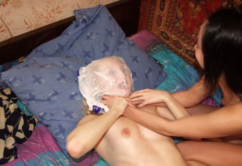 鬼畜すぎるビニール袋窒息プレイをガチでやられる女をご覧ください。。(画像あり)・11枚目