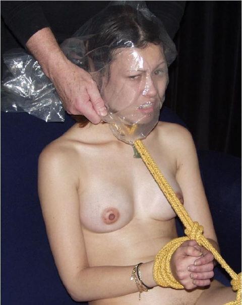 鬼畜すぎるビニール袋窒息プレイをガチでやられる女をご覧ください。。(画像あり)・14枚目