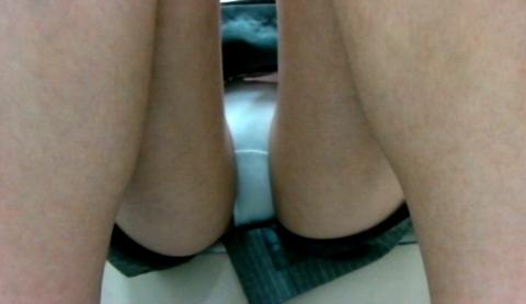 【街撮り】羞恥心が皆無のJKさん、「うんこ座り」を撮影されるwwwwww(画像あり)・18枚目