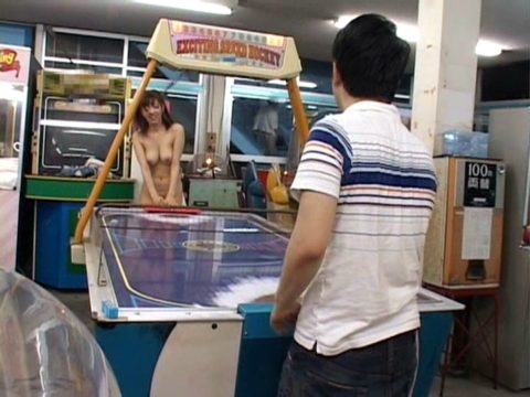 【露出狂】無関係の人に見せつける派のド変態女さんが撮影される。。(画像あり)・19枚目