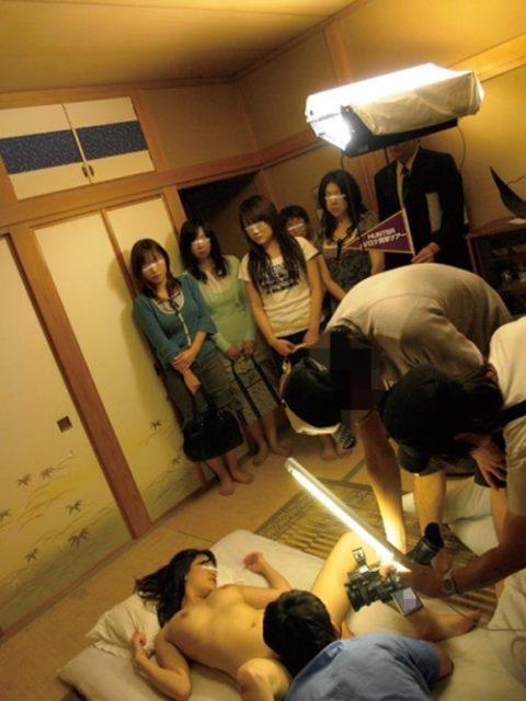【AV現場】マンコに近づけるカメラ…これ入れようとしてるの?wwwwww(画像あり)・19枚目