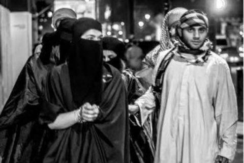 【画像】性奴隷にされてしまった海外の女性たちを撮影した画像集。・2枚目