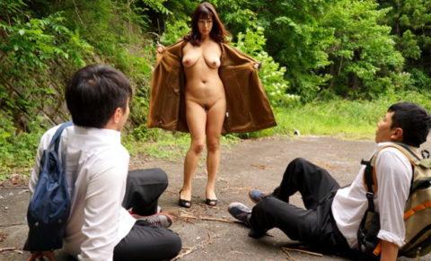 【露出狂】無関係の人に見せつける派のド変態女さんが撮影される。。(画像あり)・20枚目