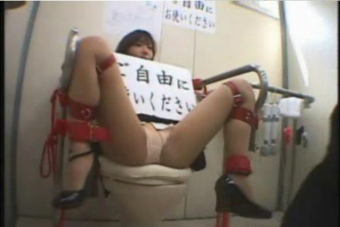 【肉便器 エロ】カメラ向けられコレする女。便器確定ですwwwwww・37枚目