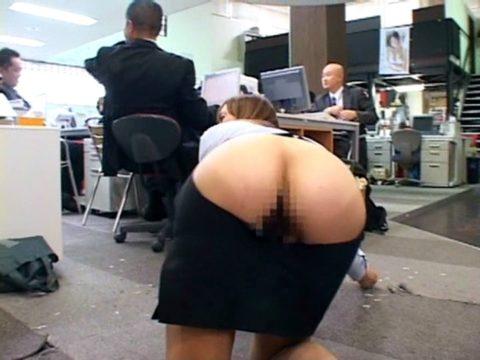 【露出狂】無関係の人に見せつける派のド変態女さんが撮影される。。(画像あり)・23枚目