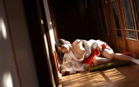 【エロ画像】神の使いの巫女さん、あの服でエッチな事をしちゃうwwwwww・24枚目