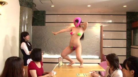 【露出狂】無関係の人に見せつける派のド変態女さんが撮影される。。(画像あり)・3枚目