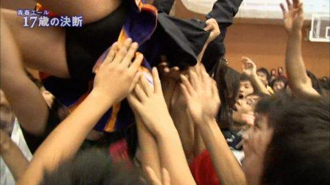 【陸上】TV中継で「胴上げ」された女性選手のパンツがガッツリ見えるwwwwww・3枚目
