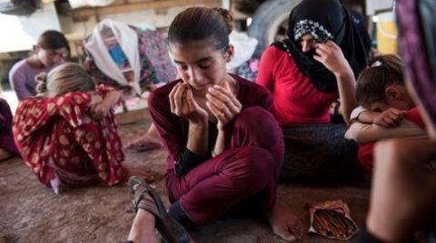 【画像】性奴隷にされてしまった海外の女性たちを撮影した画像集。・3枚目