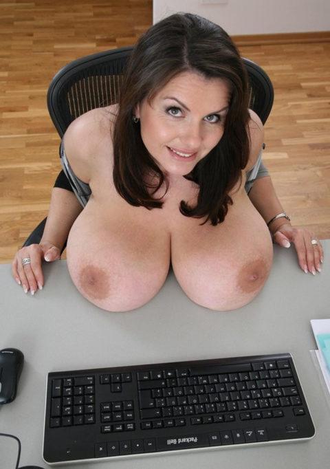 【エロ画像】人間離れした規格外すぎる爆乳女性のエロ画像まとめ。(37枚)・37枚目