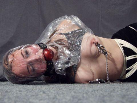 鬼畜すぎるビニール袋窒息プレイをガチでやられる女をご覧ください。。(画像あり)・3枚目
