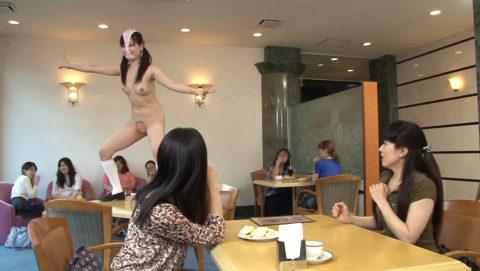 【露出狂】無関係の人に見せつける派のド変態女さんが撮影される。。(画像あり)・5枚目