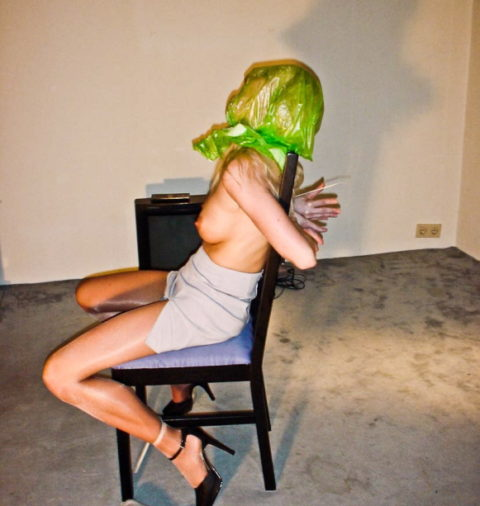 鬼畜すぎるビニール袋窒息プレイをガチでやられる女をご覧ください。。(画像あり)・4枚目
