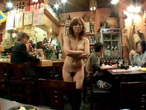 【露出狂】無関係の人に見せつける派のド変態女さんが撮影される。。(画像あり)・6枚目
