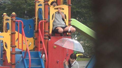 【画像】学校帰りのJKさん、草むらで野外放尿して撮影される。。・6枚目