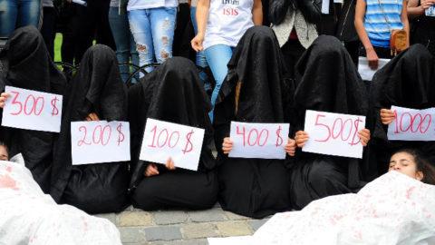 【画像】性奴隷にされてしまった海外の女性たちを撮影した画像集。・6枚目