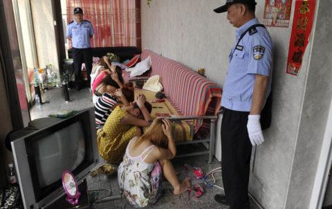 【売春婦】「はい、動かないでねぇ」検挙された風俗店が撮影される。(画像あり)・6枚目
