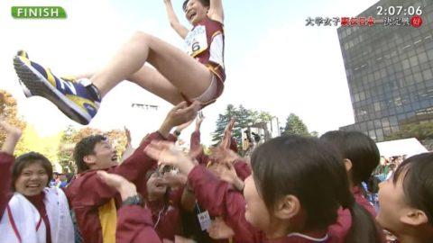 【陸上】TV中継で「胴上げ」された女性選手のパンツがガッツリ見えるwwwwww・8枚目
