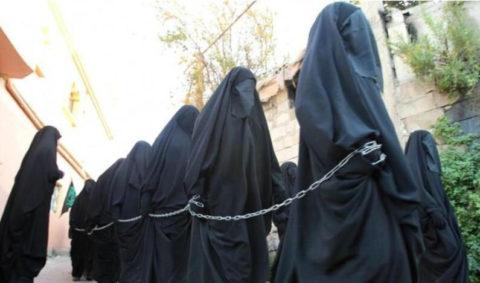 【画像】性奴隷にされてしまった海外の女性たちを撮影した画像集。・9枚目