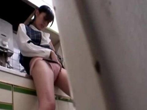 【盗撮】欲求不満のOLさん、職場でオナニーしてるところを撮影される。。(画像あり)