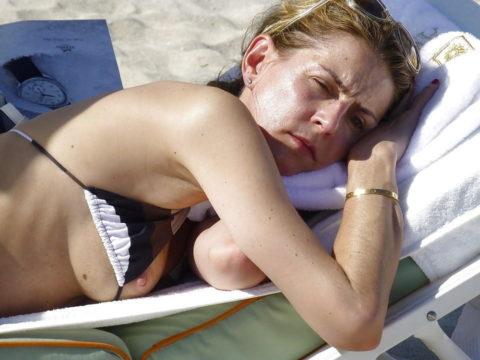 【ポロリ】海外のビーチでおっぱいがポロッた素人女さんをご覧ください。(38枚)・1枚目