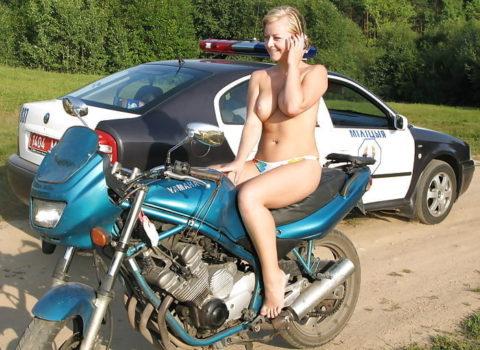 【マジキチ】世界の変態女さん、警察の目の前で行為に及ぶ・・・(画像あり)・1枚目