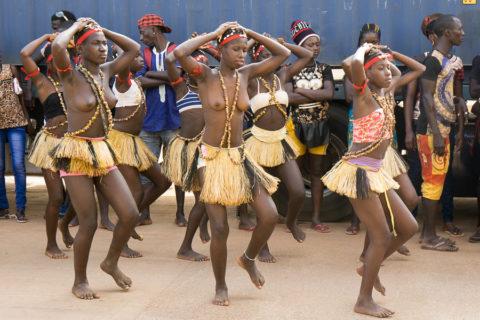 【おっぱい】ギニア人女性の正しく成長した「神乳」この身体はエロい・・・(33枚)・1枚目