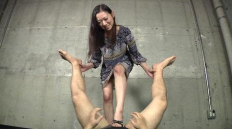【悶死確定】ドM男が最高に勃起するドS女の電気アンマがこちらwwwwwww(画像あり)・11枚目