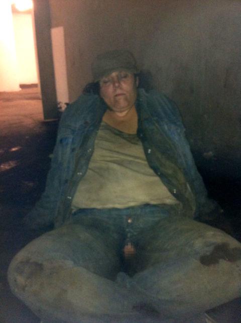 「世界のホームレス」ボランティアで仲間と野外セックスしてるんだが・・・・(画像あり)・12枚目