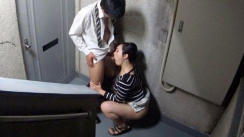 【エロ画像】人通りが無い階段でフェラしてる女が撮影されるwwwwww・11枚目