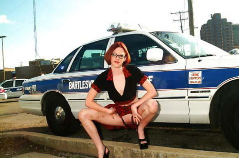 【マジキチ】世界の変態女さん、警察の目の前で行為に及ぶ・・・(画像あり)・12枚目