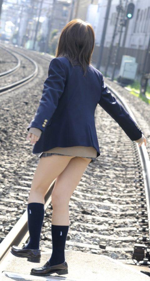 【エロ画像】制服JKさんのミニスカから見えちゃった 生尻 が勃起不可すぎwwwww・12枚目