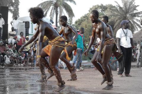 【おっぱい】ギニア人女性の正しく成長した「神乳」この身体はエロい・・・(33枚)・12枚目
