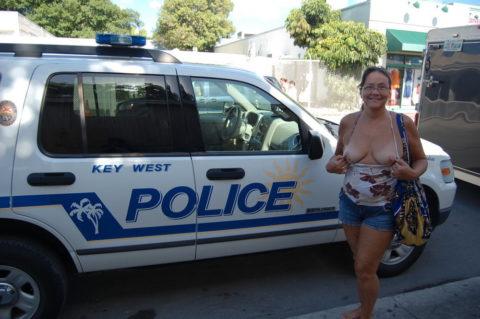 【マジキチ】世界の変態女さん、警察の目の前で行為に及ぶ・・・(画像あり)・13枚目