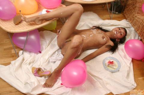 【エロ画像】誕生日に家に帰ったワイ、彼女のサプライズがコレwwwwwww・16枚目