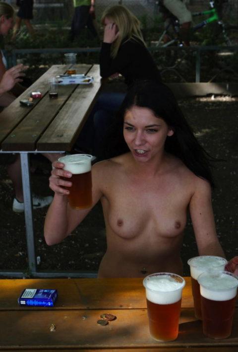 【画像あり】海外のビッチな飲み会で撮影された1枚。エエ身体しとるwwwwwww・17枚目