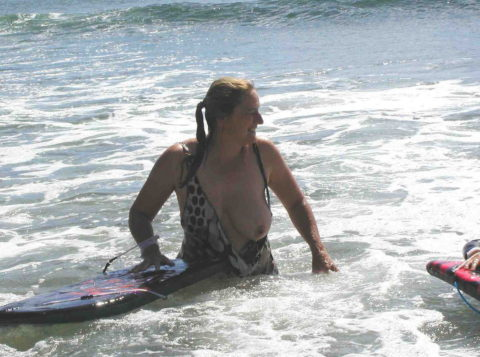 【ポロリ】海外のビーチでおっぱいがポロッた素人女さんをご覧ください。(38枚)・19枚目