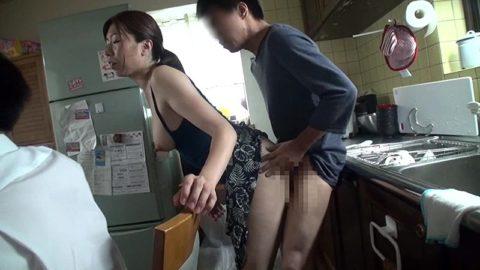 【エロ画像】家族は公認してる家庭内セックスの光景がこれ…地獄やろこれwwwww・19枚目