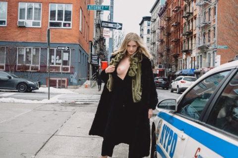 【マジキチ】世界の変態女さん、警察の目の前で行為に及ぶ・・・(画像あり)・20枚目