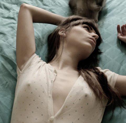【乳首】ノーブラの女さん、ビーチクを勃起させた時の透けポッチwwwwwwww(40枚)・21枚目