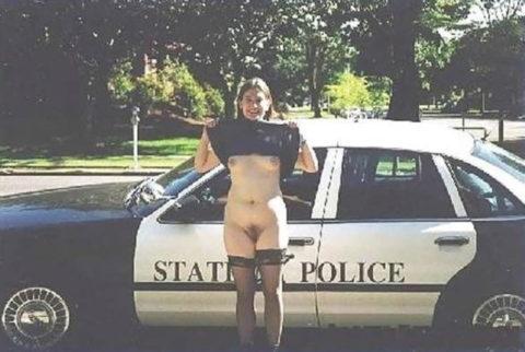 【マジキチ】世界の変態女さん、警察の目の前で行為に及ぶ・・・(画像あり)・23枚目